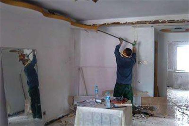 砸墻、敲磚往往時老房子裝修改造不可避免的項目,但是老房子中的一些磚混結構墻面在改造時尤其需要謹慎。磚墻結構的墻體首先是起到承重的作用,其次才是圍護分割的作用。如果在改造中只是實現理想化的空間格局,而不重視實用性的空間根據,往往會對樓層面板造成很大的傷害,會讓墻體的承重和抗震力減弱,所以在拆改墻體時一定要考慮到墻體的結構安全。